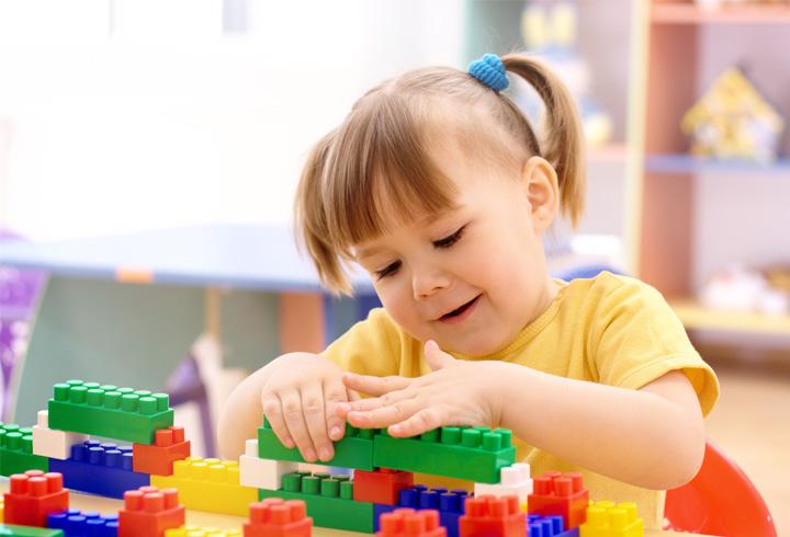 De ce să îi oferim copilului jucării educative?