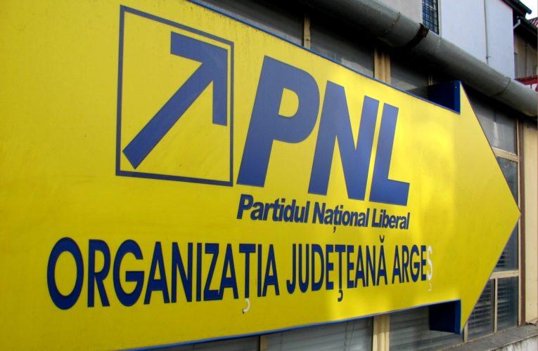 Oamenii nu mai suportă potlogăriile politicienilor, sediul PNL a fost vandalizat
